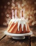 Gâteau d'anniversaire avec quatre bougies brûlantes Photographie stock libre de droits