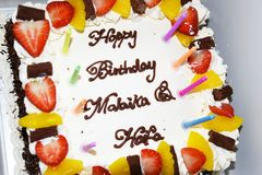 Gâteau d'anniversaire blanc Photo libre de droits