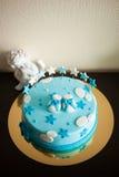 Gâteau d'anniversaire bleu avec des étoiles Photo libre de droits