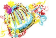 Gâteau d'anniversaire coloré sur le fond blanc Photo stock