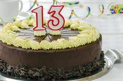 Gâteau d'anniversaire crémeux de chocolat photo stock