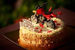 Gâteau d'anniversaire décoré des étoiles de moto et de rouge Images libres de droits