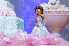 Gâteau d'anniversaire décorant des poupées photos stock
