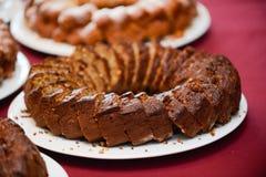 Gâteau d'anniversaire découpé et rangé en tranches dans le plateau images libres de droits