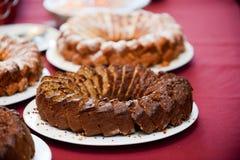 Gâteau d'anniversaire découpé et rangé en tranches dans le plateau photos stock