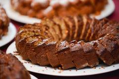 Gâteau d'anniversaire découpé et rangé en tranches dans le plateau photographie stock