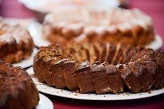Gâteau d'anniversaire découpé et rangé en tranches dans le plateau photo libre de droits