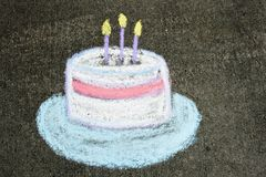 Gâteau d'anniversaire dans la craie Photographie stock libre de droits