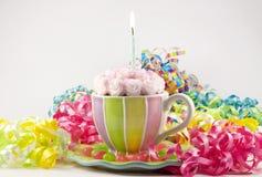 Gâteau d'anniversaire dans la tasse de thé photographie stock libre de droits