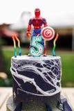 gâteau d'anniversaire de bébé de 5 ans avec le spiderman sur le masque supérieur de collaborateur personnel d'american national s photo stock