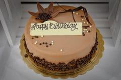 Gâteau d'anniversaire de chocolat avec le signe de joyeux anniversaire Photos stock