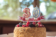 Gâteau d'anniversaire de mûre de framboises avec des bougies numéro 30 Images libres de droits