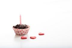 Gâteau d'anniversaire de tasse sur un fond blanc Photographie stock libre de droits