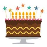 Gâteau d'anniversaire doux avec sept bougies brûlantes Images stock