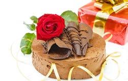 Gâteau d'anniversaire et cadeau Image stock