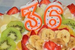 Gâteau d'anniversaire garni avec de la crème photographie stock