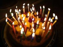 Gâteau d'anniversaire illuminé par des bougies Images libres de droits