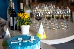 Gâteau d'anniversaire, nous sommes 2 années photographie stock