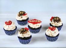 Gâteau d'anniversaire Petits gâteaux pour le jour du ` s de Valentine Amour Image libre de droits