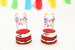 Gâteau d'anniversaire rouge avec des bannières Image libre de droits