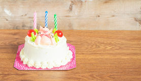 Gâteau d'anniversaire sur le fond en bois Photographie stock
