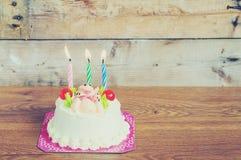 Gâteau d'anniversaire sur le fond en bois Image stock