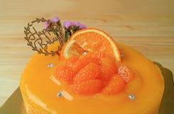 Gâteau d'anniversaire vibrant de mandarine de couleur sur le Tableau en bois images stock