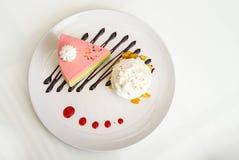 Gâteau d'arc-en-ciel avec la crème fouettée photos stock