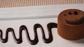 Gâteau d'orignaux de chocolat avec la poudre de cacao image libre de droits
