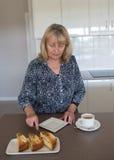 Gâteau d'une cinquantaine d'années de coupe de femme Images libres de droits