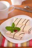 Gâteau dans la glaçure blanche photographie stock
