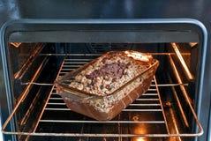 Gâteau dans le four Photos libres de droits