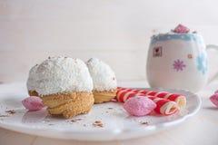 Gâteau dans le rose de frites et de sucrerie de noix de coco Photographie stock
