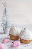 Gâteau dans le rose de frites et de sucrerie de noix de coco Photo libre de droits