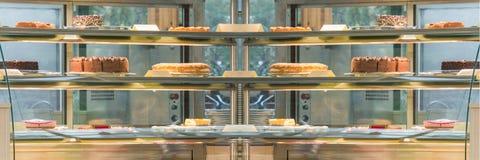 Gâteau dans un cas en verre photo libre de droits
