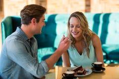 Gâteau de alimentation d'homme à la femme dans le café Images libres de droits