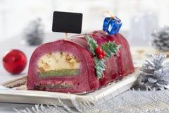 Gâteau de bûche de chocolat avec les baies rouges Photos stock