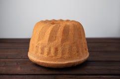 Gâteau de babka de Pâques sur les planches en bois photographie stock libre de droits
