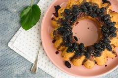 Gâteau de baie avec la mûre images stock