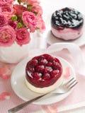 Gâteau de baie et roses roses Photos stock