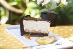 Gâteau de banana split avec des morceaux de sauce et de banane à caramel image libre de droits