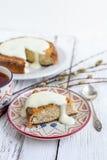 Gâteau de banane avec le fromage blanc à une sauce crémeuse avec une tasse de Photographie stock libre de droits