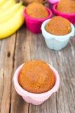 Gâteau de banane dans la moule colorée Images stock