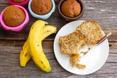 Gâteau de banane dans un plat blanc avec la fourchette Photos libres de droits