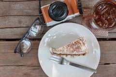 Gâteau de Banoffe, un verre de lemontea, monocle et appareil-photo Images stock