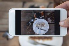Gâteau de Banoffe, un verre de lemontea, monocle et appareil-photo Photo libre de droits