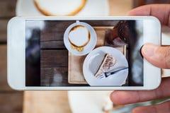 Gâteau de banoffee, une tasse de café et un verre de lemontea Photos stock