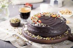 Gâteau de betterave de chocolat de Vegan avec le givrage d'avocat, écrous décorés, graines photos stock