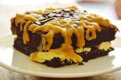 Gâteau de beurre de chocolat habillant la crème douce brune de caramel du plat photos stock