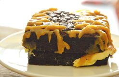 Gâteau de beurre de chocolat habillant la crème douce brune de caramel sur le plat photos stock
